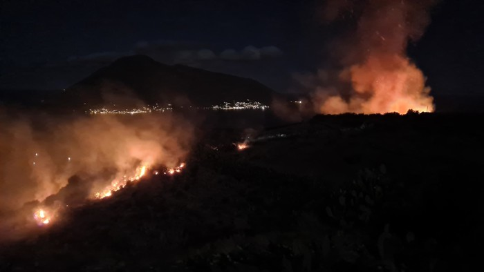 incendio a lipari, nelle isole eolie, in provincia di messina