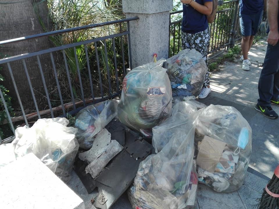 plastic free messina: volontari puliscono l'area dei laghi di ganzirri