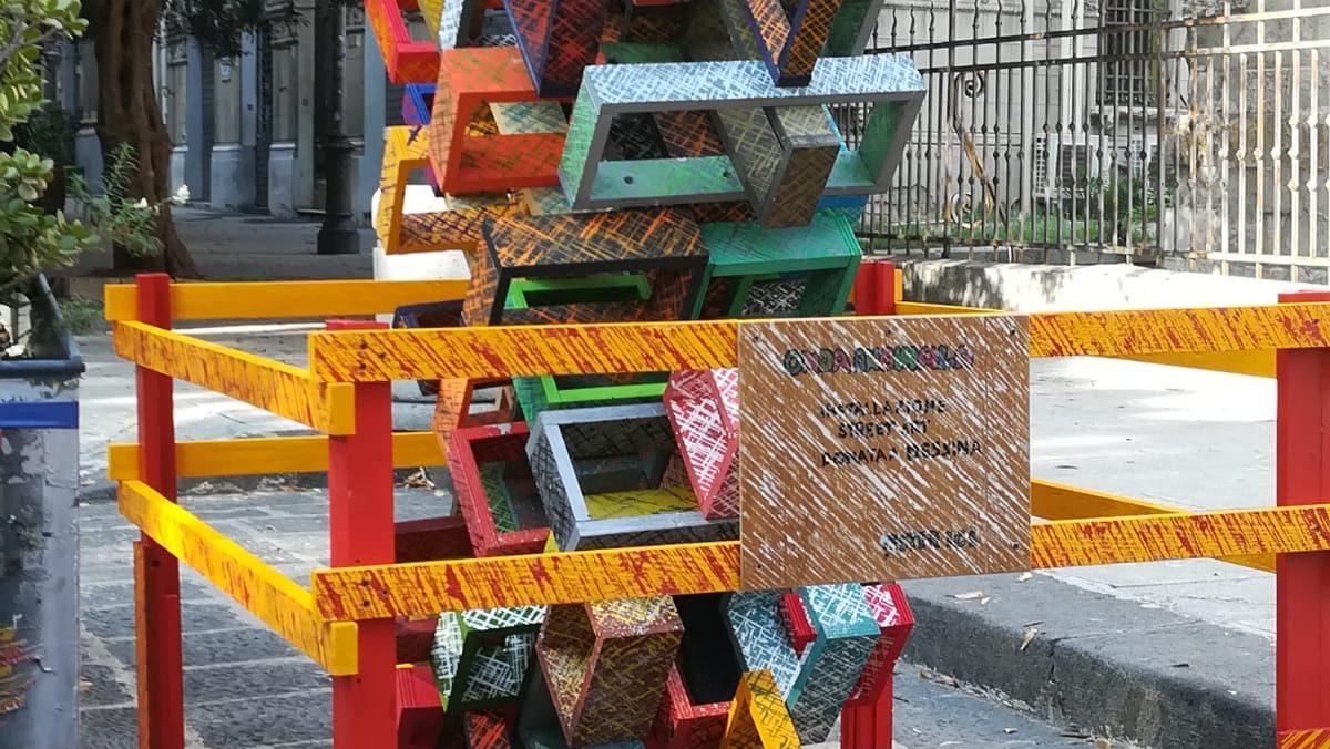 installazione in via garibaldi dell'opera di street art di mister ICS per Messina