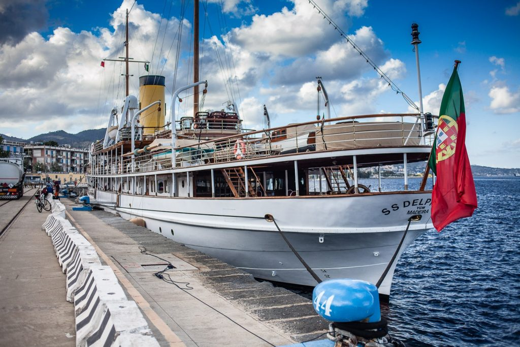 yatch ss delphine attraccato al porto di messina