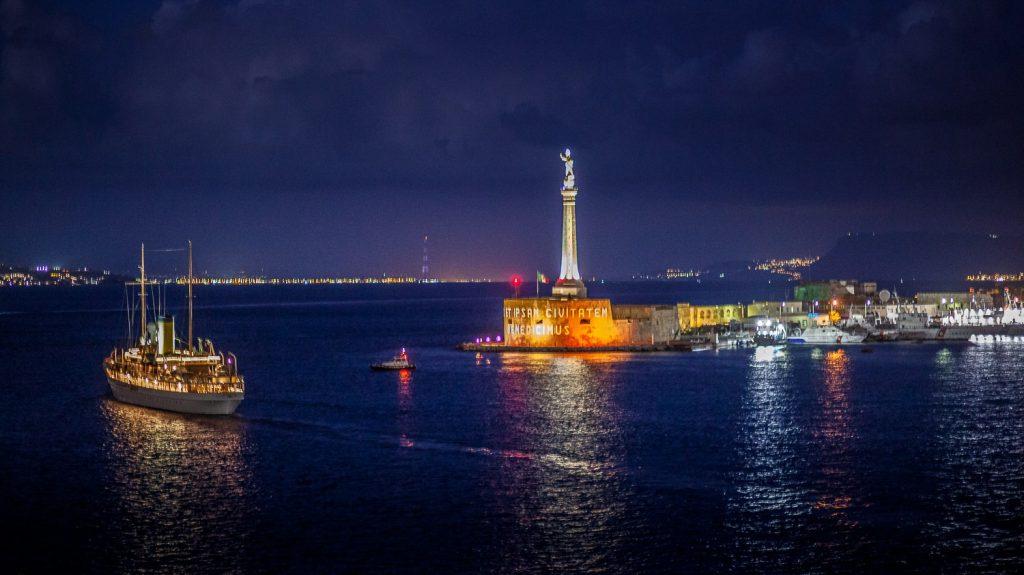 yatch ss delphine al porto di messina, vicino alla madonnina