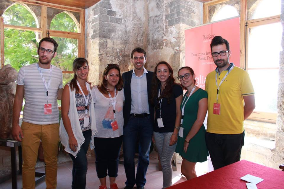 Foto dei volontari del Taobuk di Taormina