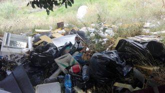 foto del torrente san filippo pieno di rifiuti a messin