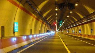 foto della galleria illuminata di un autostrada