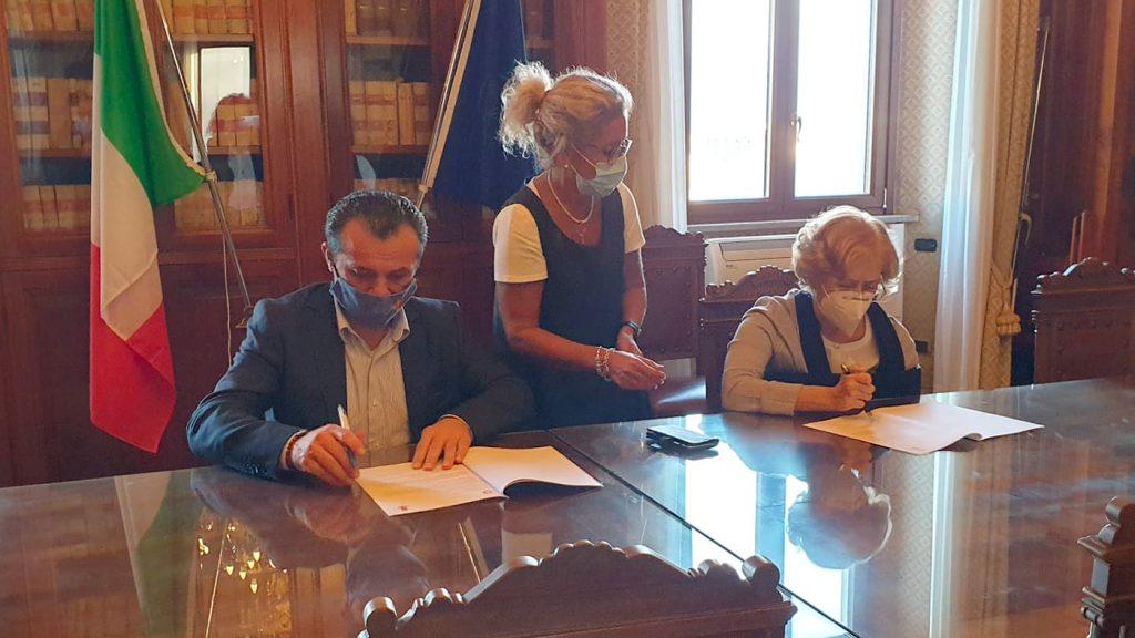 il sindaco cateno de luca e il prefetto maria carmela librizzi firmano il patto per l'attuazione della sicurezza urbana a messina