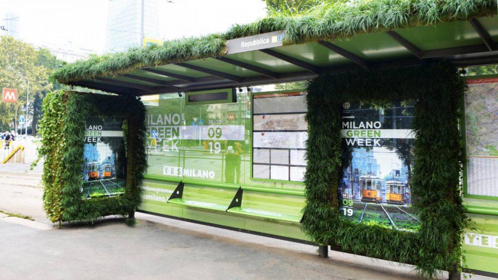 pensilina del tram di Milano ricoperta di piante per la green week del 2019