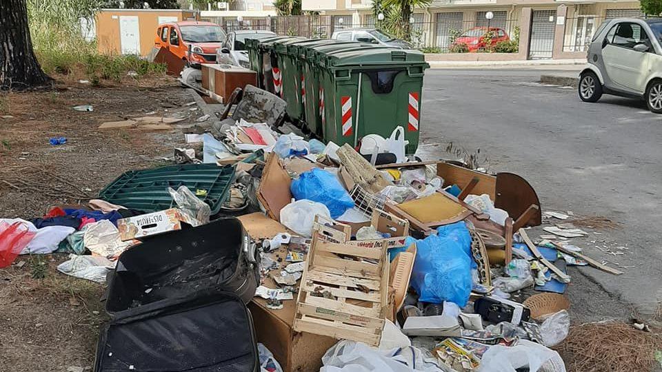 degrado e rifiuti a camaro, accanto ai cassonetti dell'immondizia, a messina