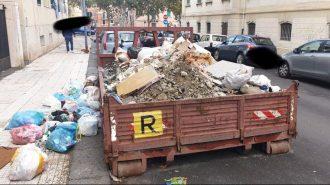 foto di un camion pieno di rifiuti