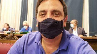 foto di salvatore sorbello, consigliere comunale, con la mascherina anti coronavirus