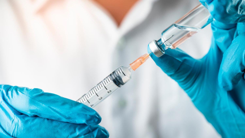 foto di un medico con un vaccino