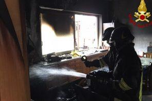 intervento dei vigili del fuoco durante un incendio in un appartamento di torregrotta