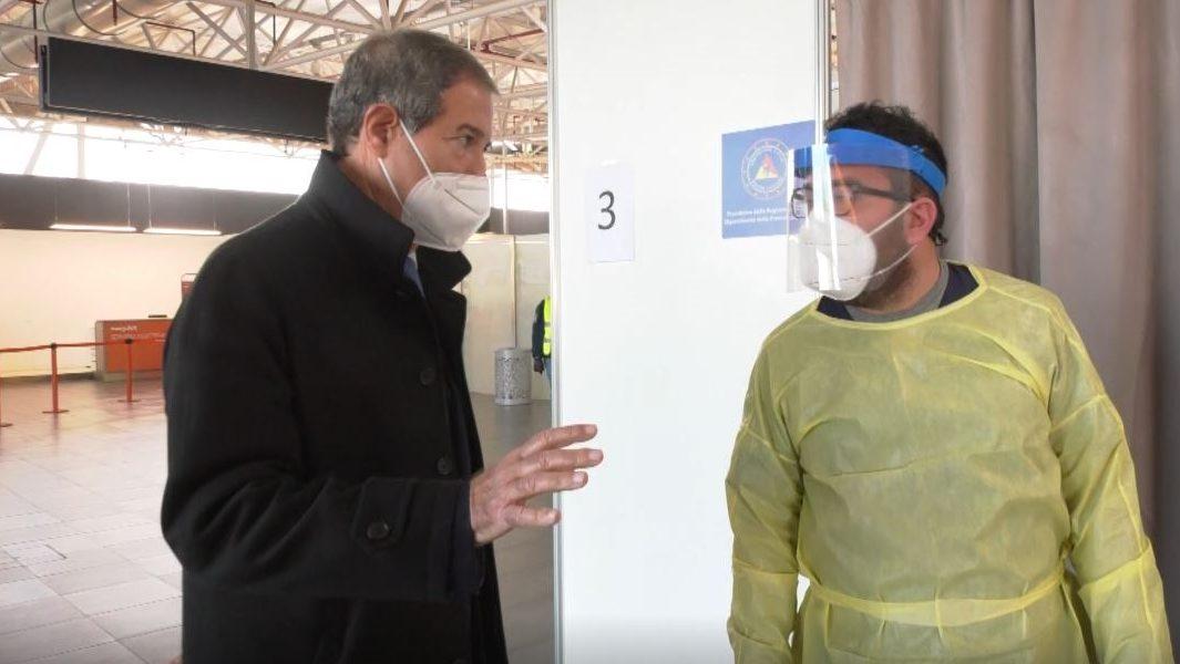 musumeci all'aeroporto di catania fontanarossa per i controlli sul covid per chi rientra in Sicilia per Natale