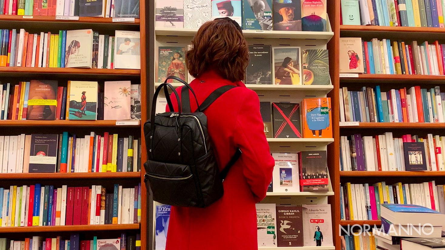 foto di una ragazza che guarda i libri in una libreria di messina