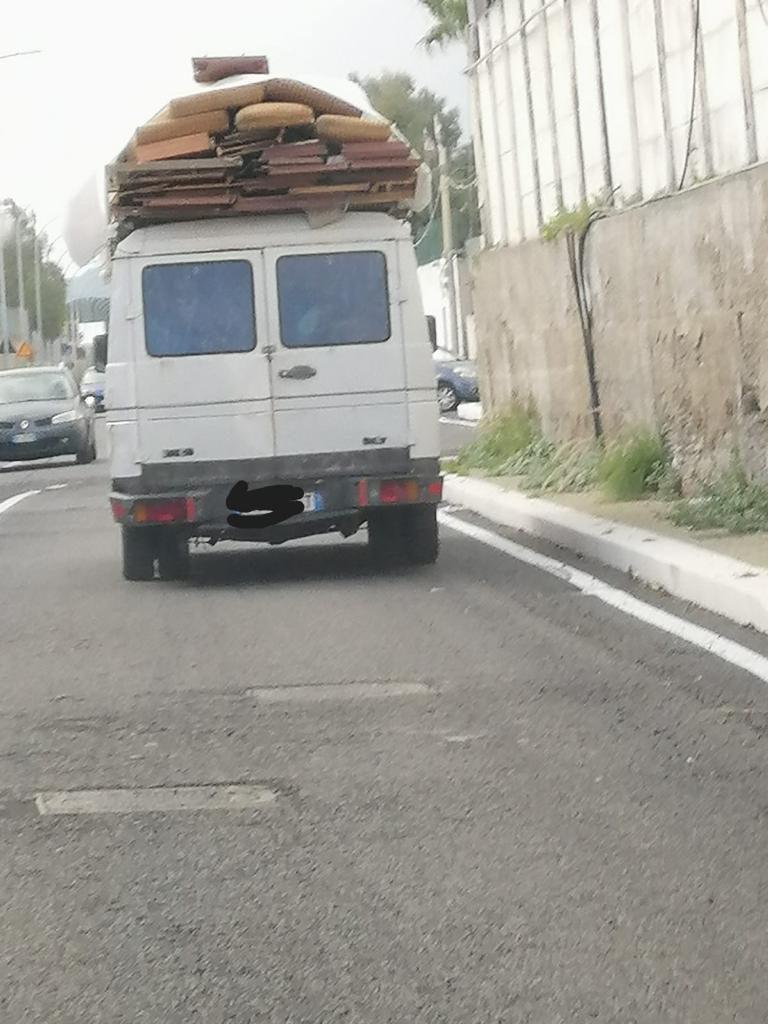 camion carico di rifiuti a messina