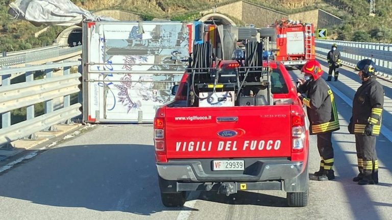 camion ribaltato in autostrada a messina a causa del vento