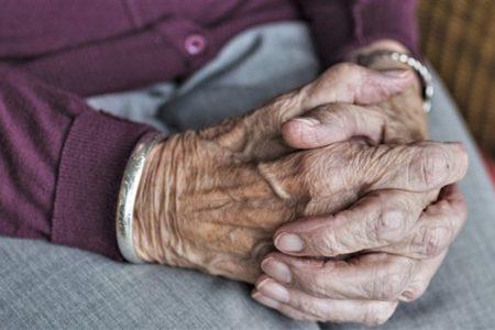 mani di una donna anziana