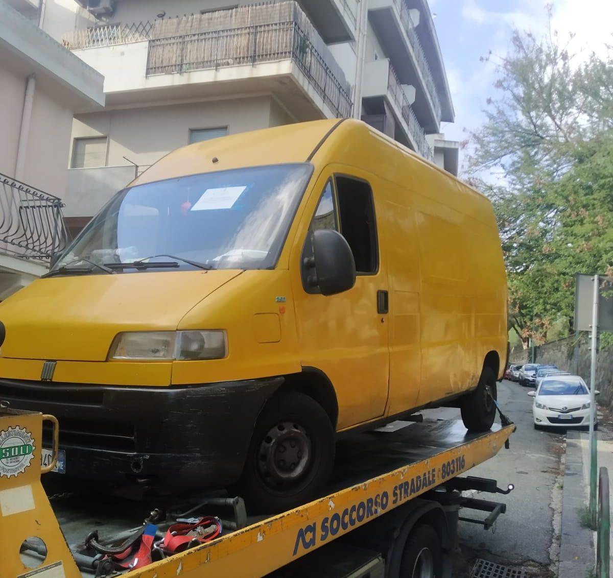 camion adibito allo smaltimento illecito di rifiuti a messina