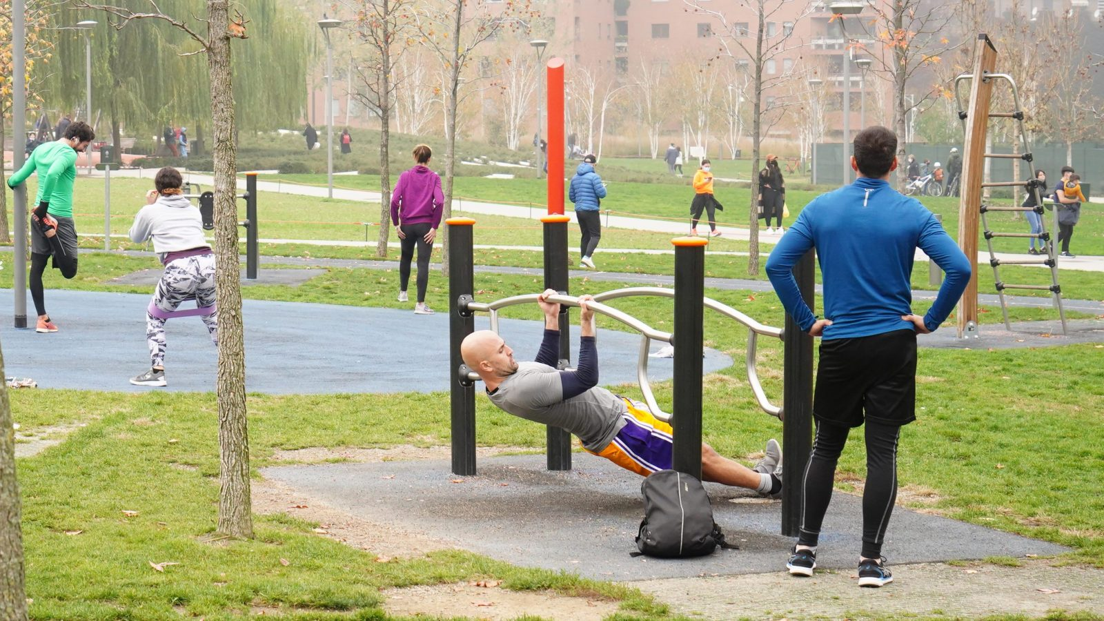 immagine di persone che fanno sport in un parco
