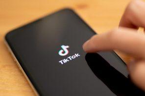 foto di un cellulare con aperta l'app tik-tok