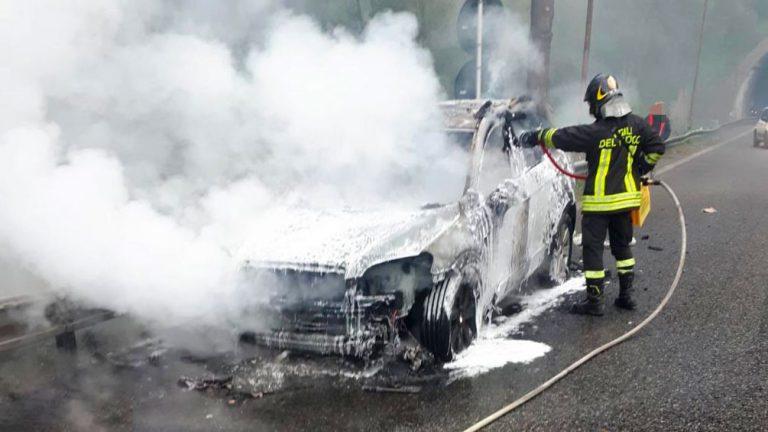 auto in fiamme sull'autostrada messina catania tra gazzi e san filippo