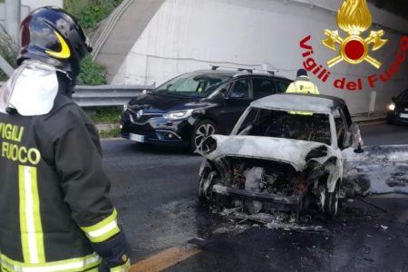 incendio di un'auto allo svincolo di giostra, messina, in direzione catania