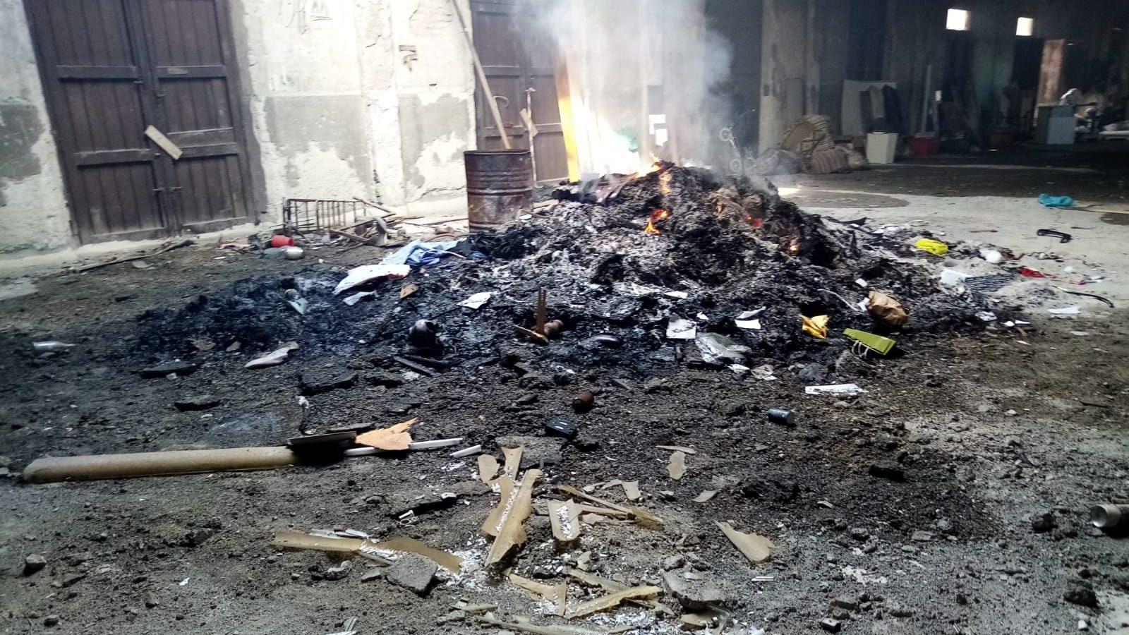 rifiuti bruciati in un deposito in zona don blasco