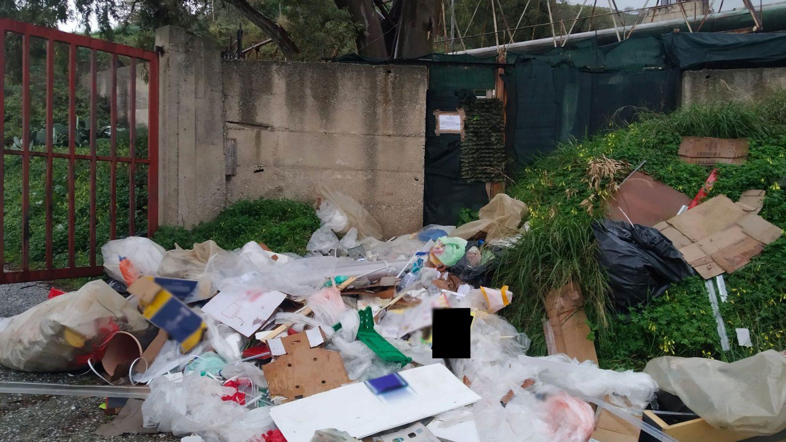rifiuti abbandonati da un supermercato di messina