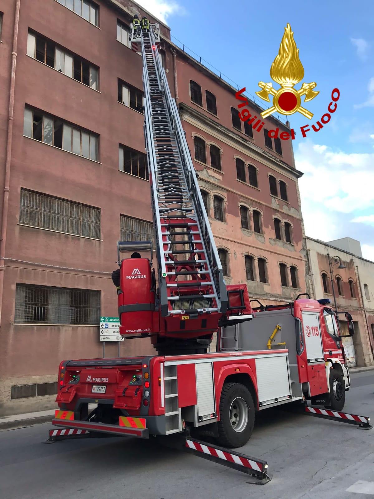 l'intervento dei vigili del fuoco per vetri pericolanti di un magazzino