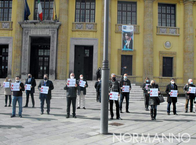 Rappresentanti dell'associazione Genitori per sempre riuniti di fronte al Tribunale di Messina per l'inaugurazione della prima panchina blu d'Italia