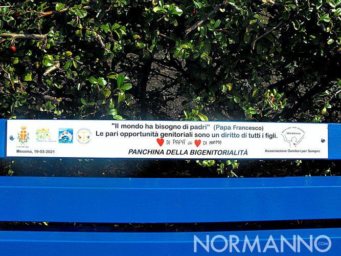 Foto della prima panchina blu d'Italia - Panchina della bigenitorialità