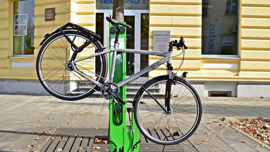 colonnina per riparazione bici e ricarica bici elettriche
