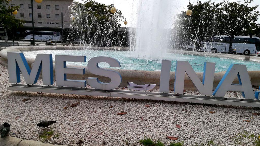 scritta messina sulla fontana alla stazione centrale