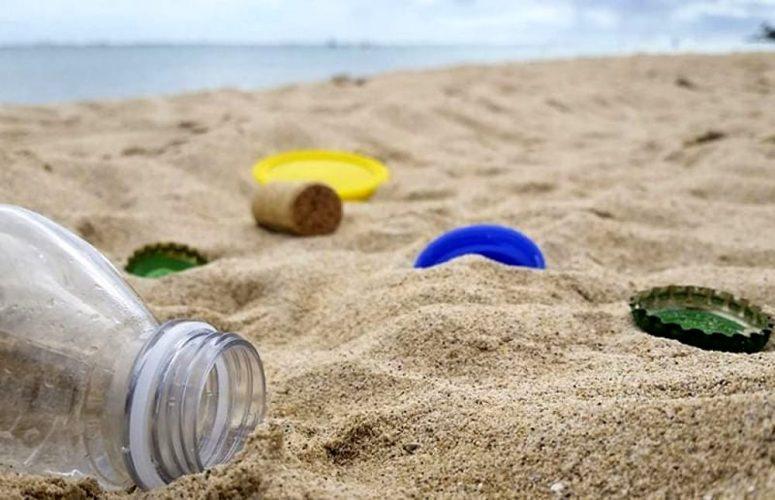 pulizia spiagge plastica