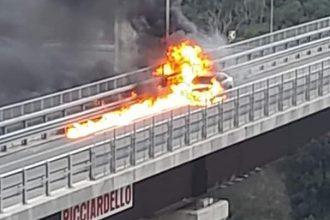 auto in fiamme in tangenziale