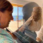 PNT, Isola Bella, l'archeologa del Parco, Maria Grazia Vanaria, mentre allestisce la vetrina del museo