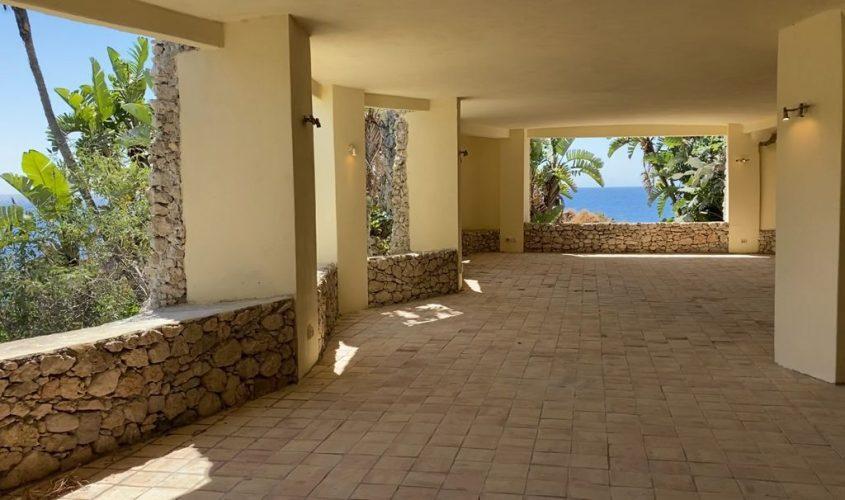 PNT, Isola Bella, l'ex piscina coperta con la scenografica finestra sul mare (ph. Melamedia)