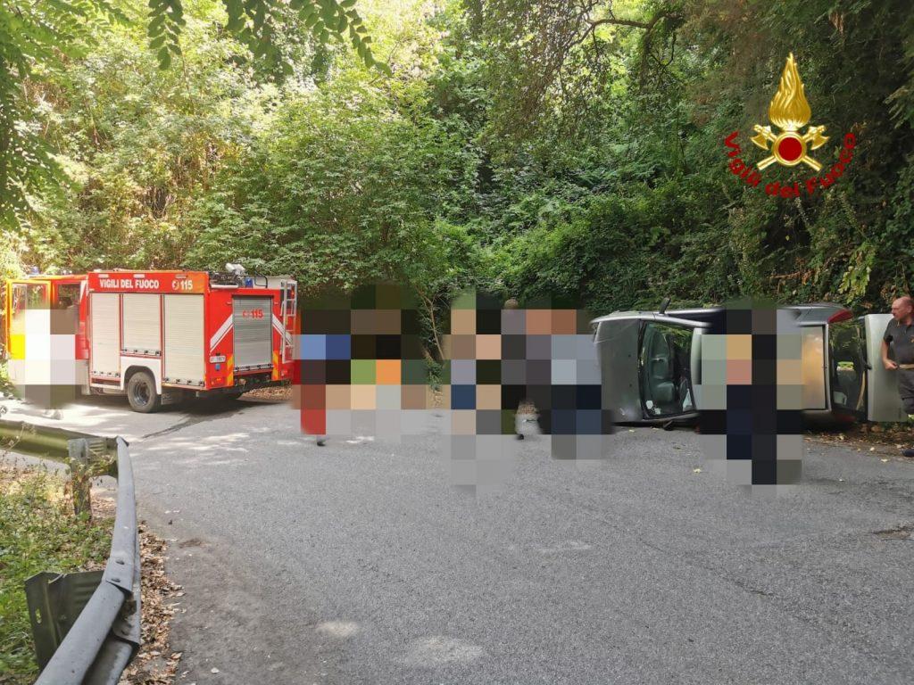 incidente a patti, provincia di messina, auto ribaltata
