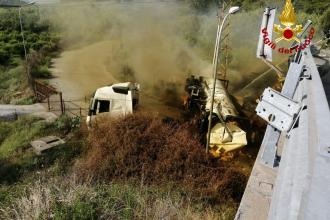 autocisterna prende fuoco per strada nella zona industriale di milazzo