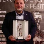 Premio Internazionale Apoxiomeno 2021 la stutuetta consegnata al Prof Francesco Pira